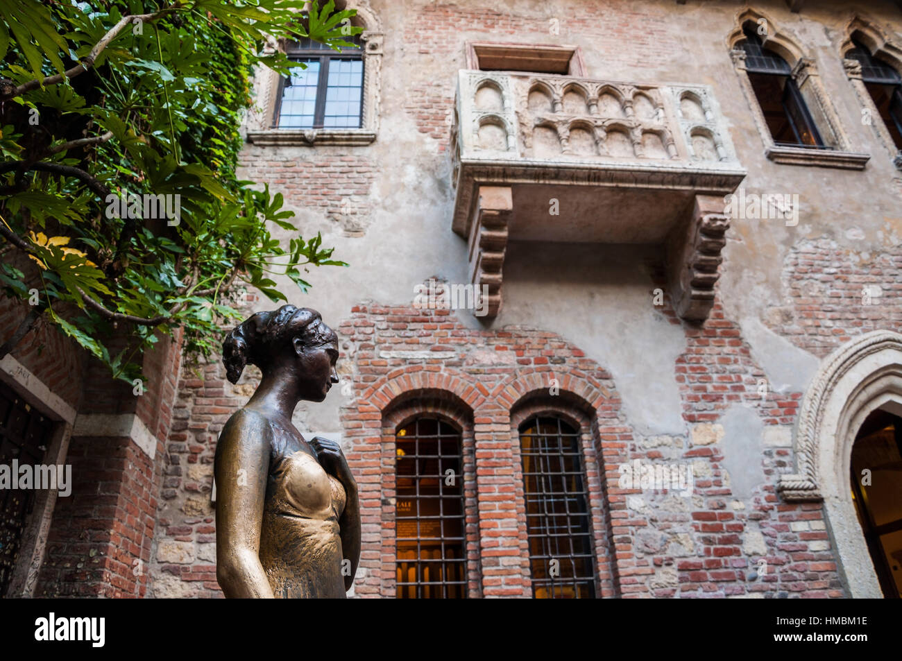 Statue of Juliet, with balcony in the background. Verona Stock Photo