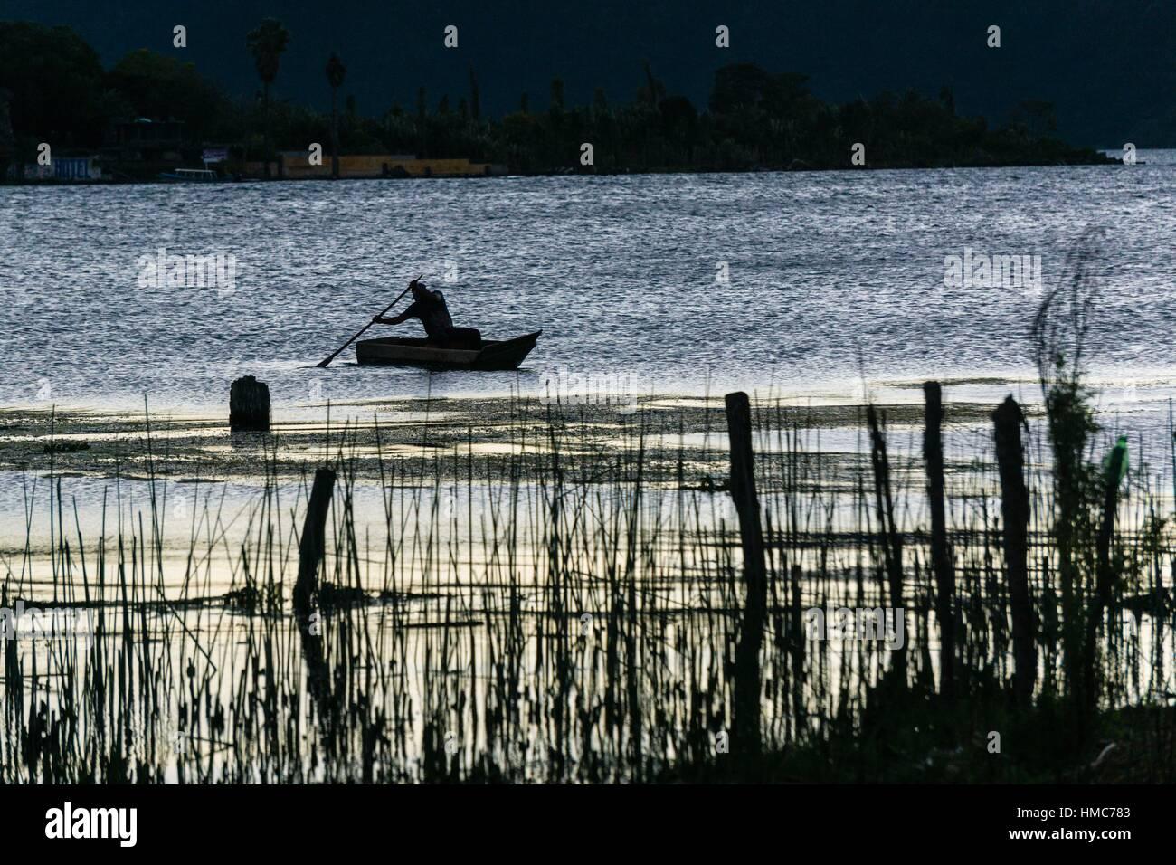cayuco en el lago Atitlán, Santiago Atitlan, departamento de Sololá, Guatemala, Central America. - Stock Image