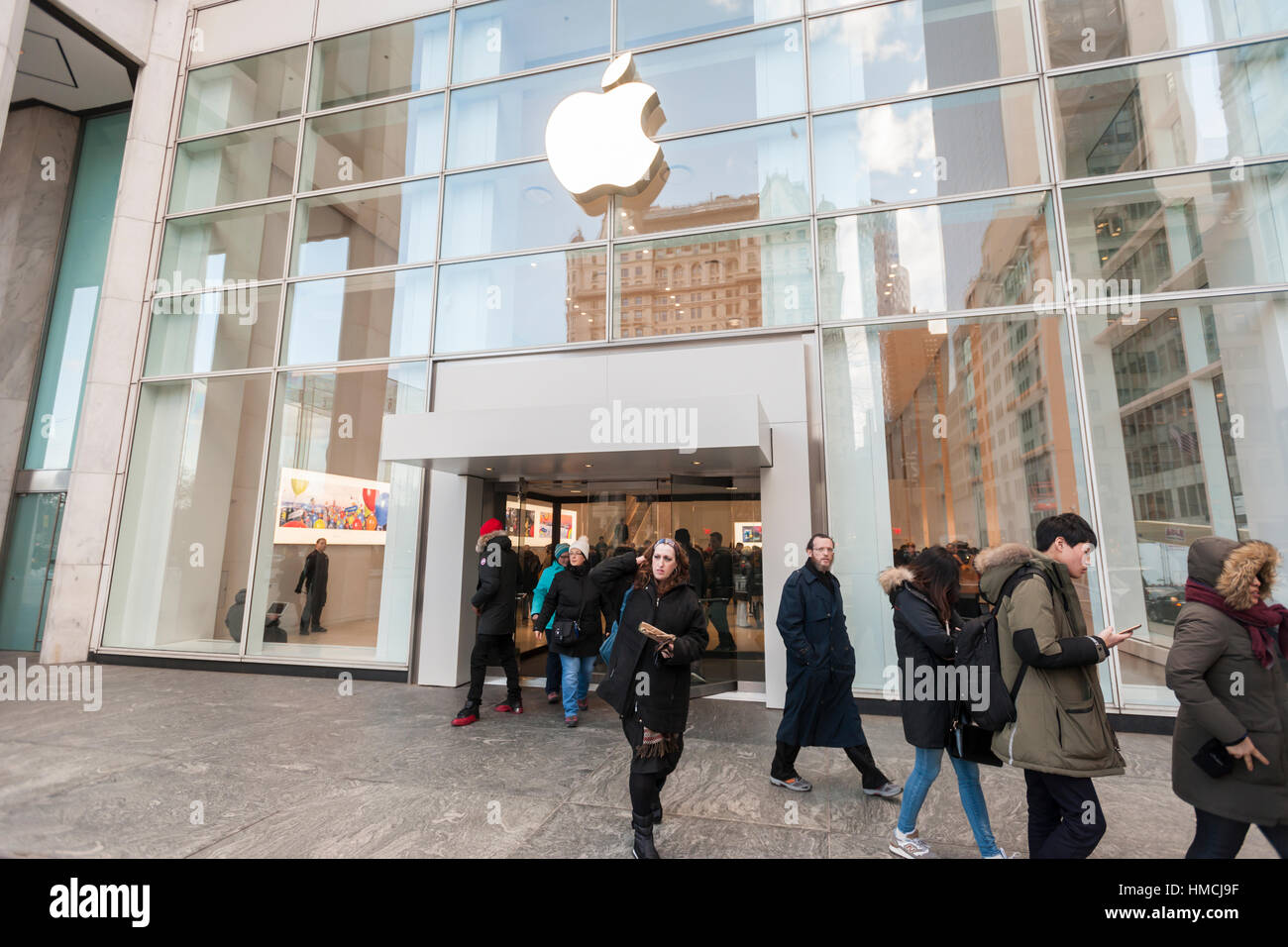 Temporary Apple Store On Fifth Stock Photos & Temporary