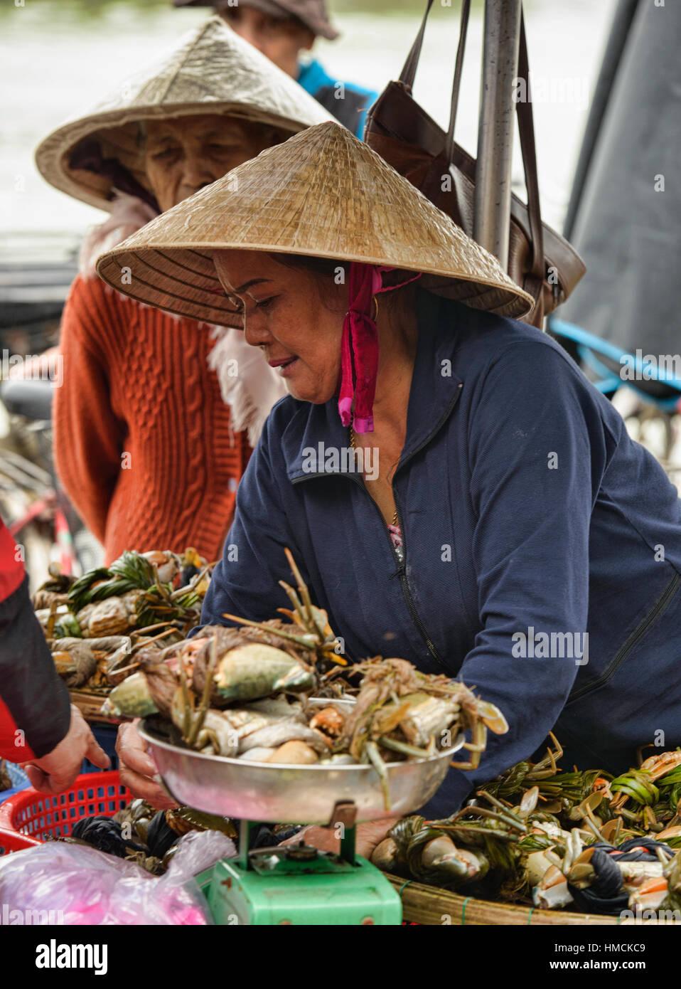 Crab vendor in the fish market, Hoi An, Vietnam - Stock Image