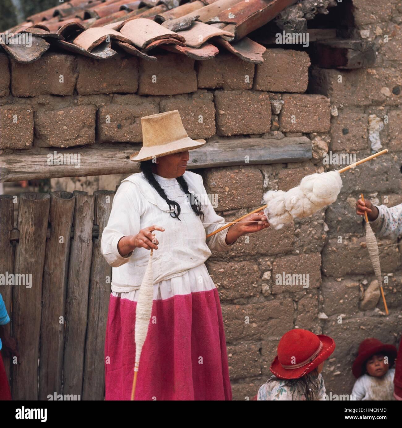 Woman spinning, Cordillera Blanca, Peru. - Stock Image