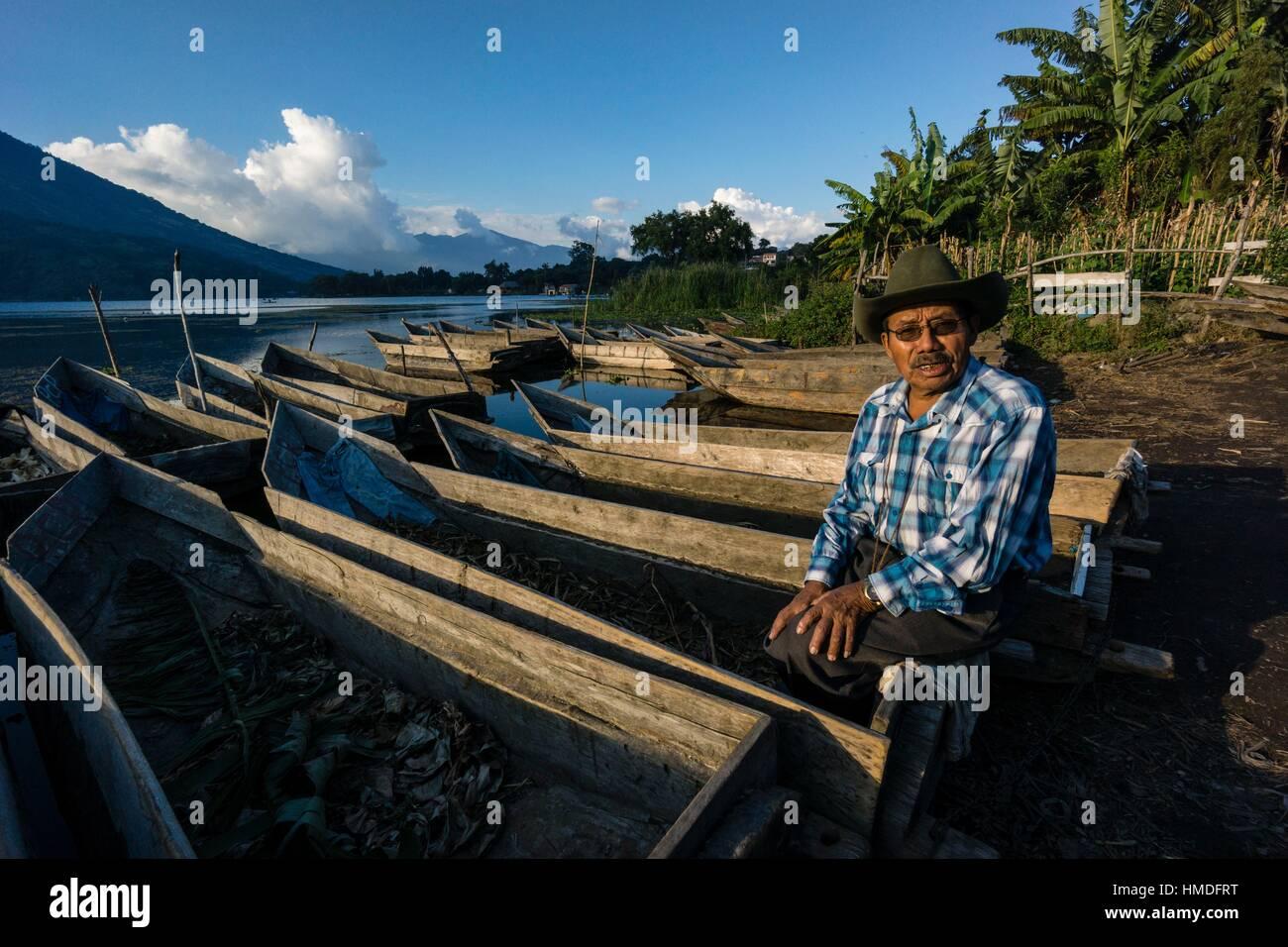 canoas varadas en el lago Atitlán, Santiago Atitlan, departamento de Sololá, Guatemala, Central America. - Stock Image