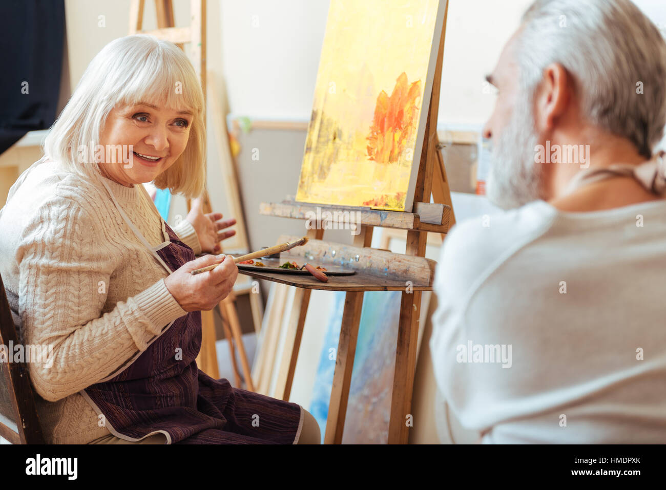 Male and female artists talking to each other. - Stock Image