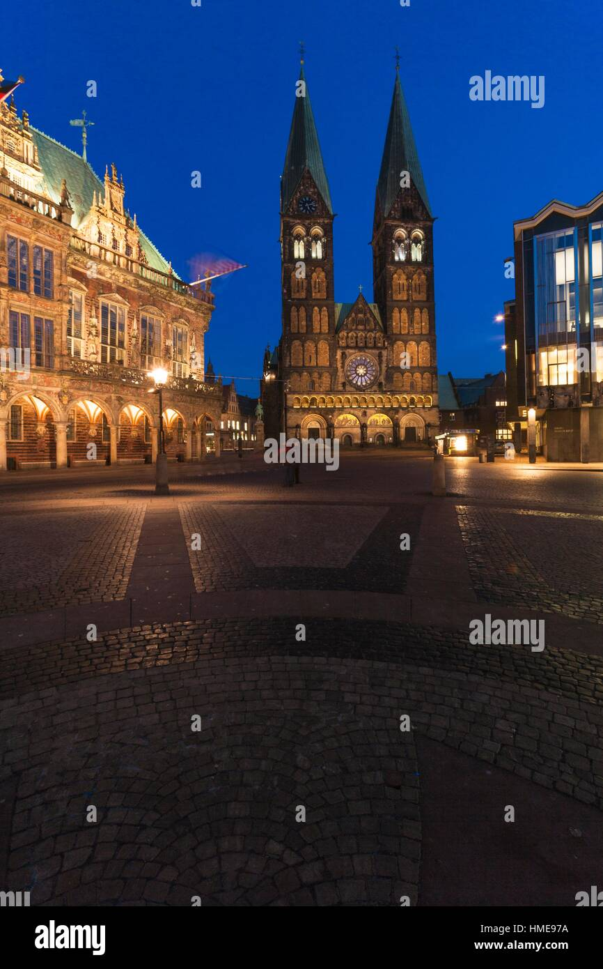 Illuminated Bremen Cathedral (St. Petri Dom zu Bremen) and mediaeval town hall, Bremen, Germany, Europe Stock Photo