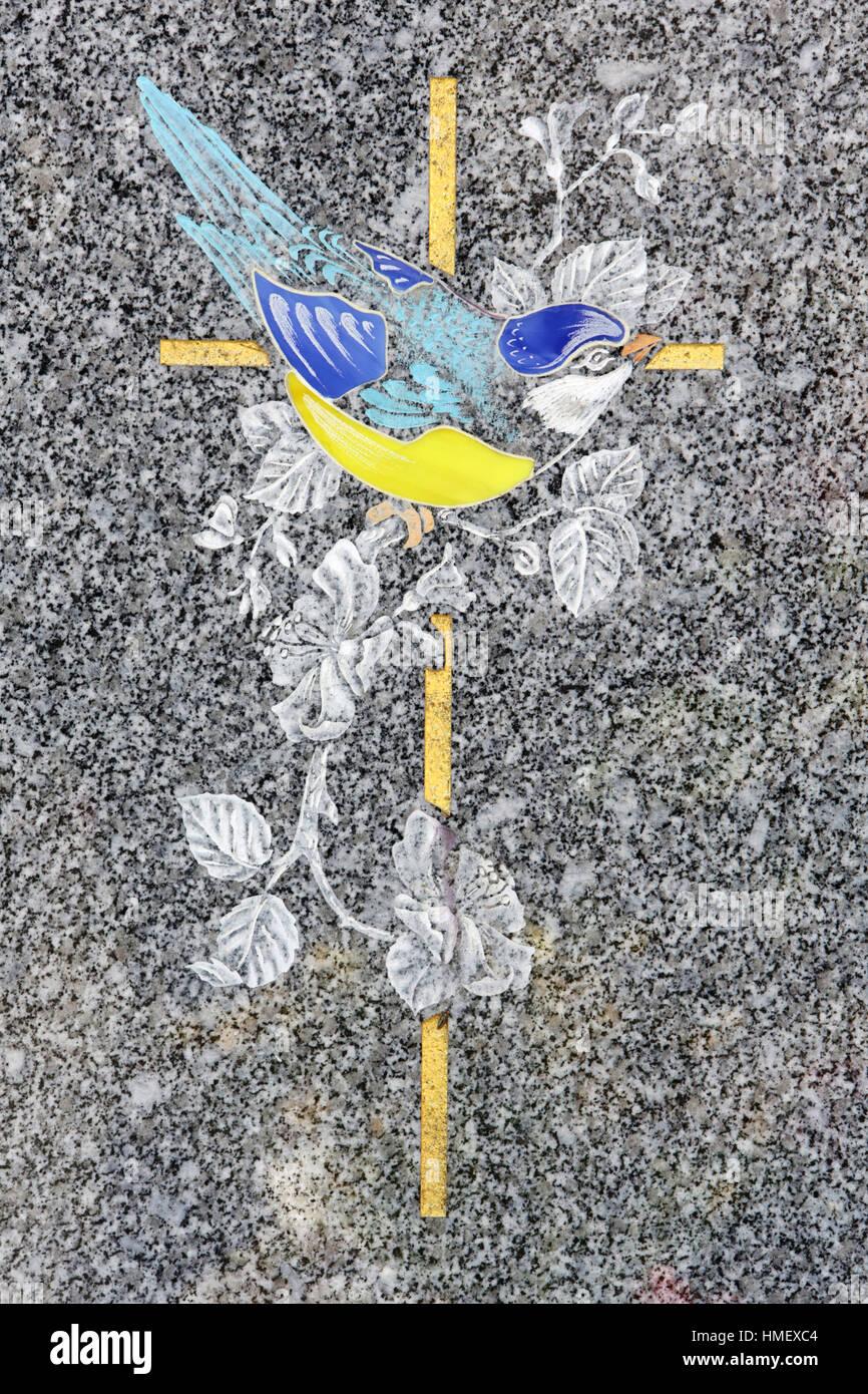 Croix sur une pierre tombale avec une hirondelle en illustration. Stock Photo