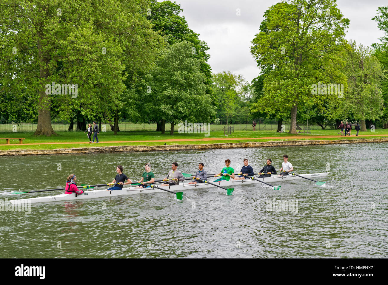 OXFORD UNIVERSITY ROWING TEAMS ON THE RIVER THAMES A COX TALKS TO THE EIGHT ROWERS - Stock Image