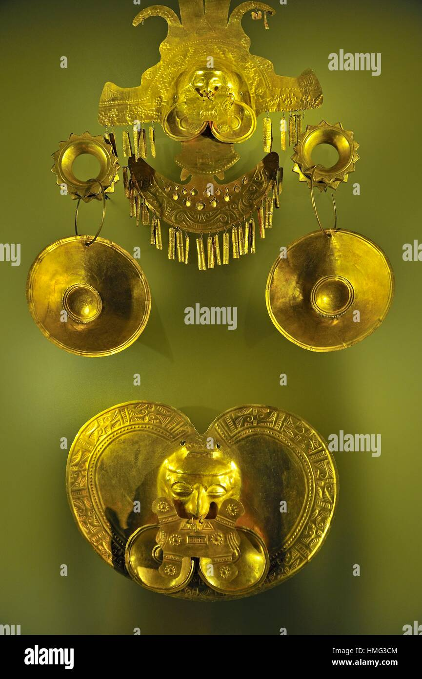 golden headdress and pectoral, pre-Hispanic gold work, Gold Museum, Bogota, Colombia, South America. - Stock Image