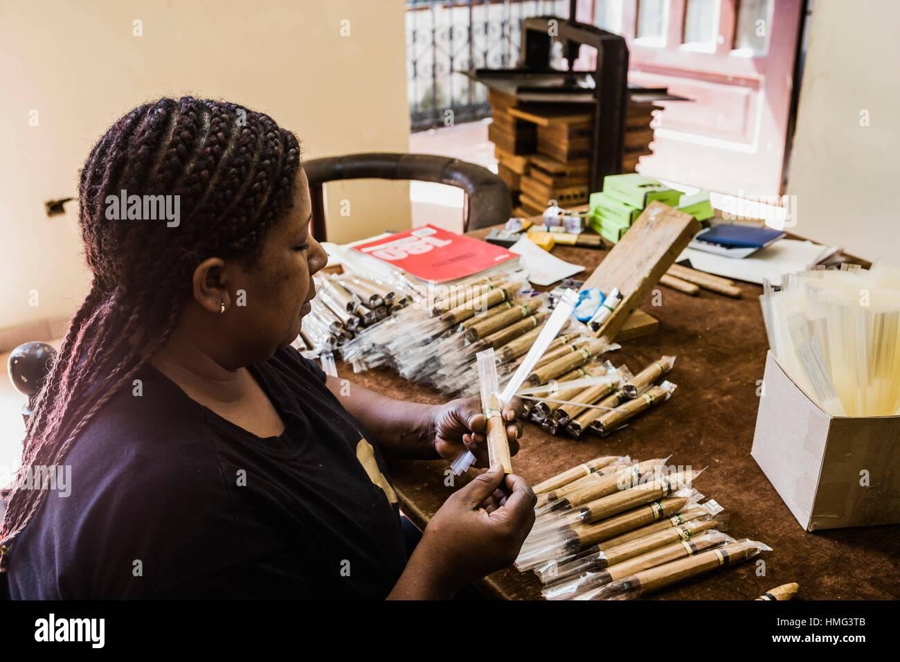 Dominican Republic, Santo Domingo. Boutique del Fumador (Cigars´ shop), packaging cigars - Stock Image