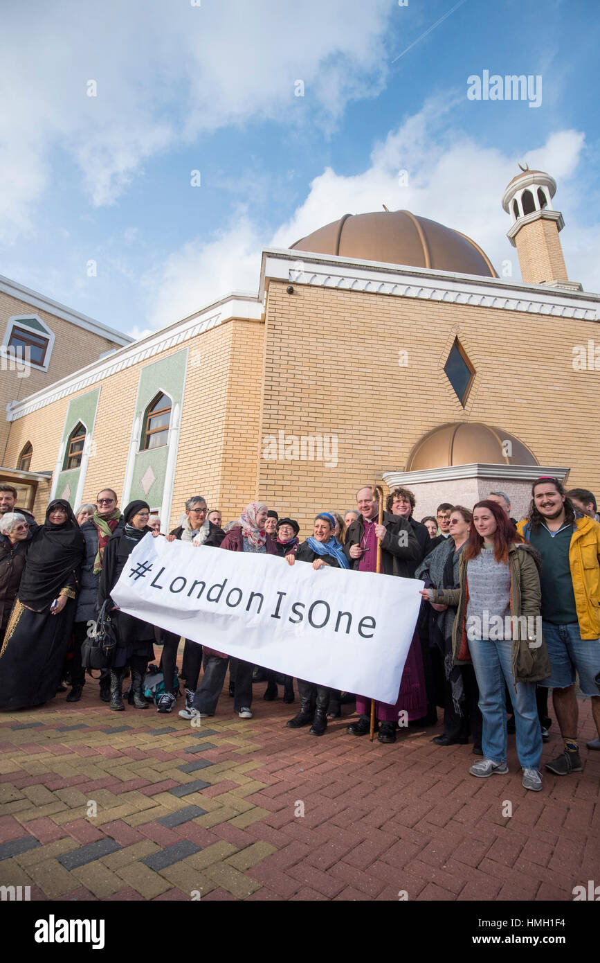 London, UK. 3rd Feb, 2017. A human circle of solidarity forms outside Wightman Road mosque in north London during - Stock Image