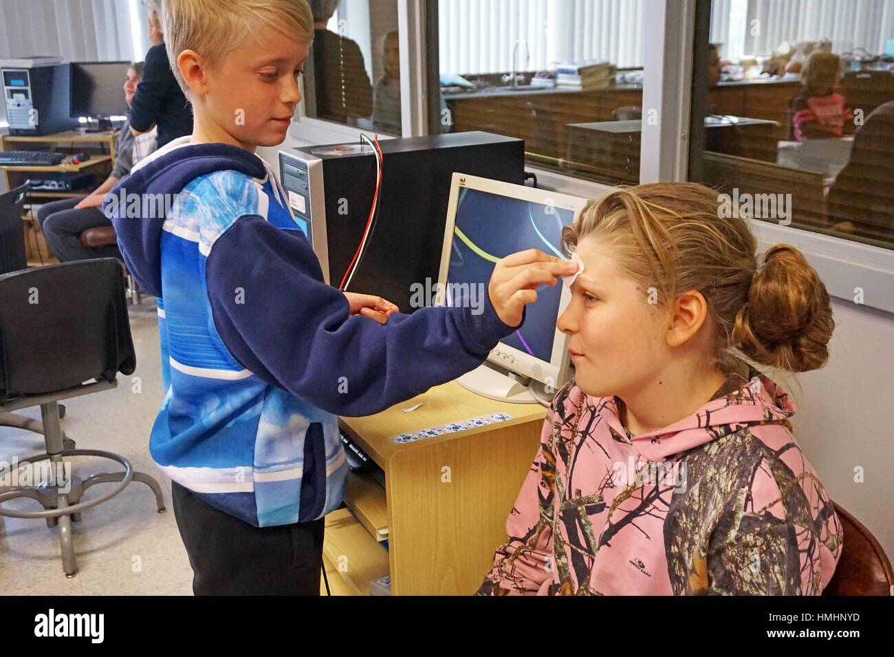 Middle Schoolers Doing Brain Wave Experiment, Houghton, New York, USA. - Stock Image