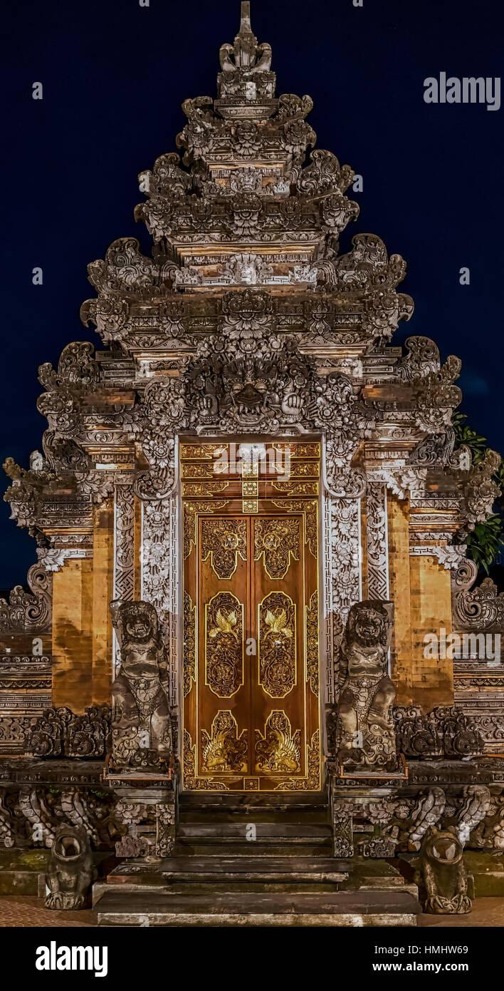 Hindu Temple doorway at night - Stock Image