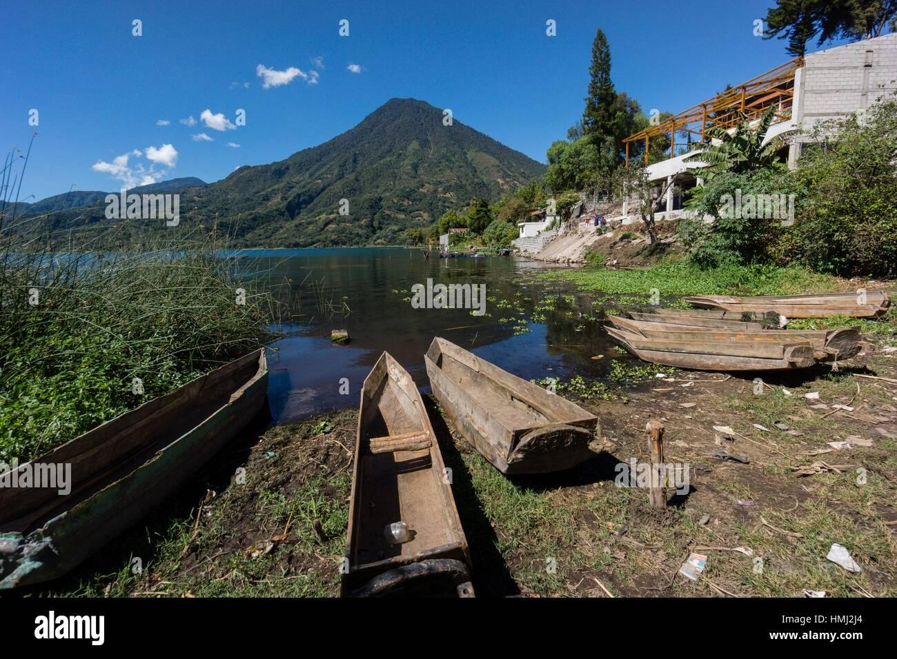 Cayucos varados frente al volcán San Pedro, suroeste de la caldera del lago de Atitlán , Santiago Atitlán. - Stock Image