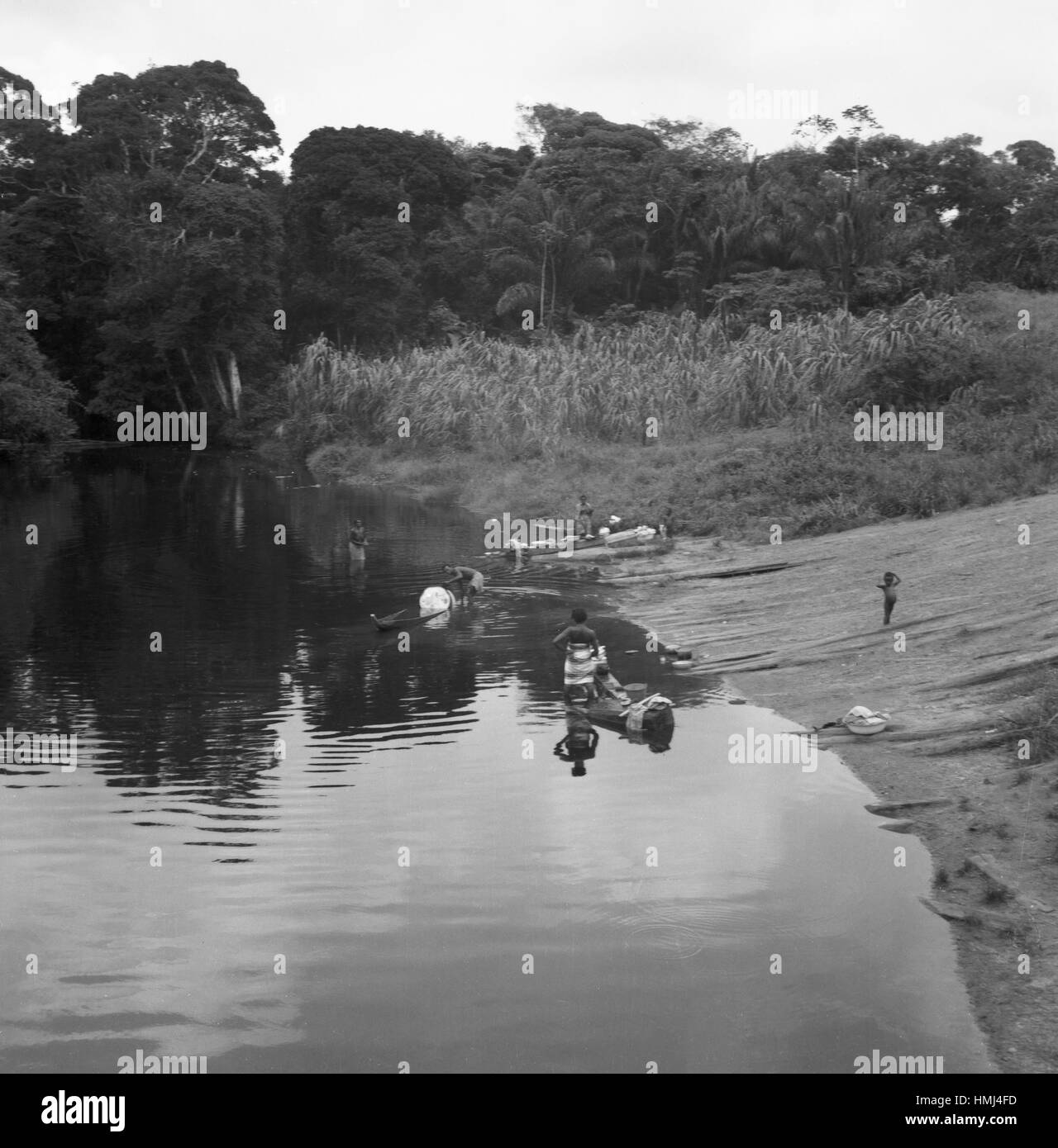 Boote am Ufer im Siedlungsgebiet der Maroons, Suriname 1966. Boats at the river bank in the settelement area of - Stock Image