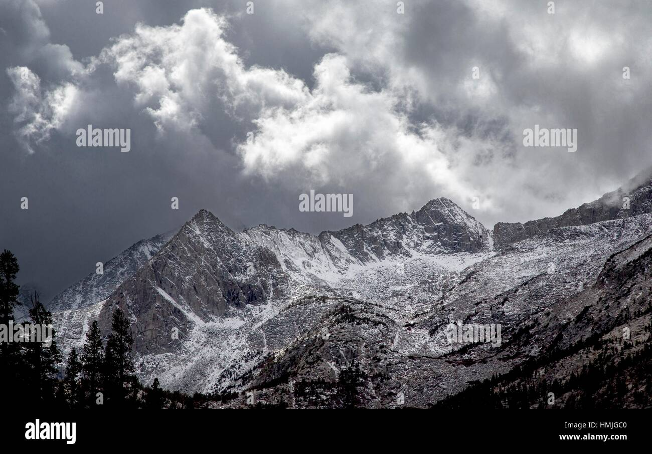 Fresh snow cover the high peaks of the Sierra Nevada Mountain Range, California. - Stock Image