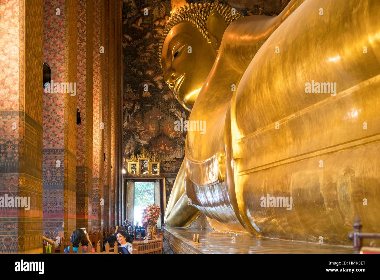 Giant reclining golden buddha, Wat Pho, Bangkok, Thailand - Stock Image