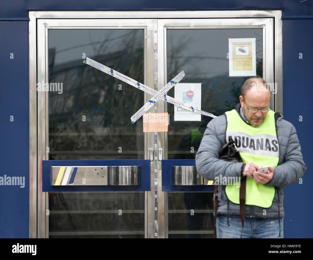 Operación Condor: custom agents guard main entrance of Monbus Headquarters, Raul López company, after - Stock Image