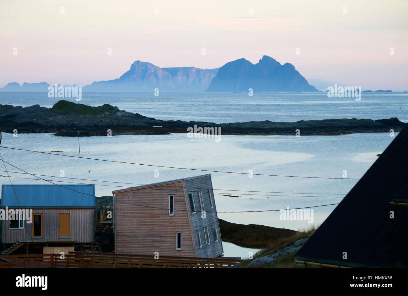 Impressionen: Mitternachtssonne, im Hintergrund die Inseln Sorland und Rost, Lofoten, Norwegen. - Stock Image