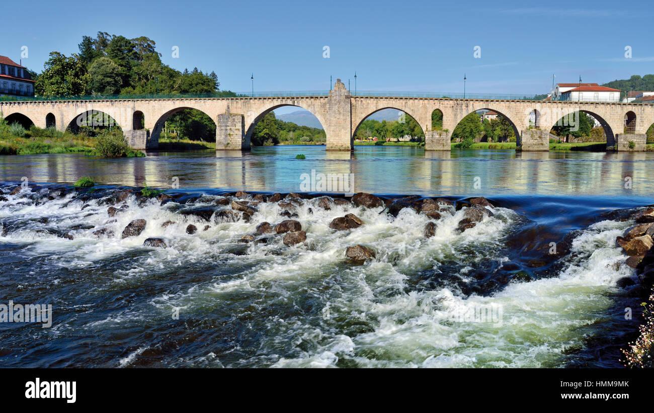 Portugal, Minho: Medieval bridge over river Lima in Ponte da Barca - Stock Image
