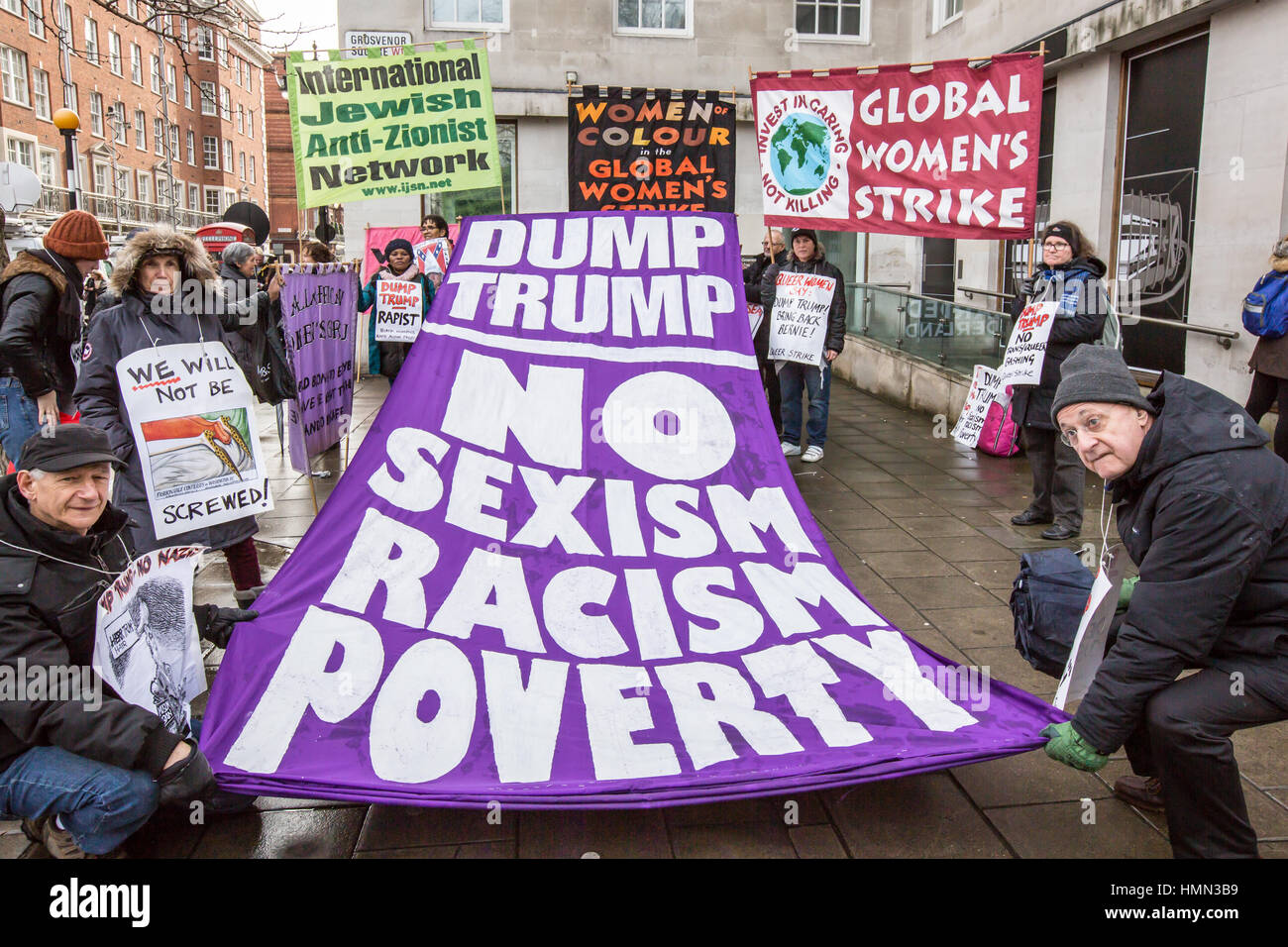 London, UK. 4 February, 2017. Thousands marched through London, from the American embassy in Grosvenor Square to - Stock Image