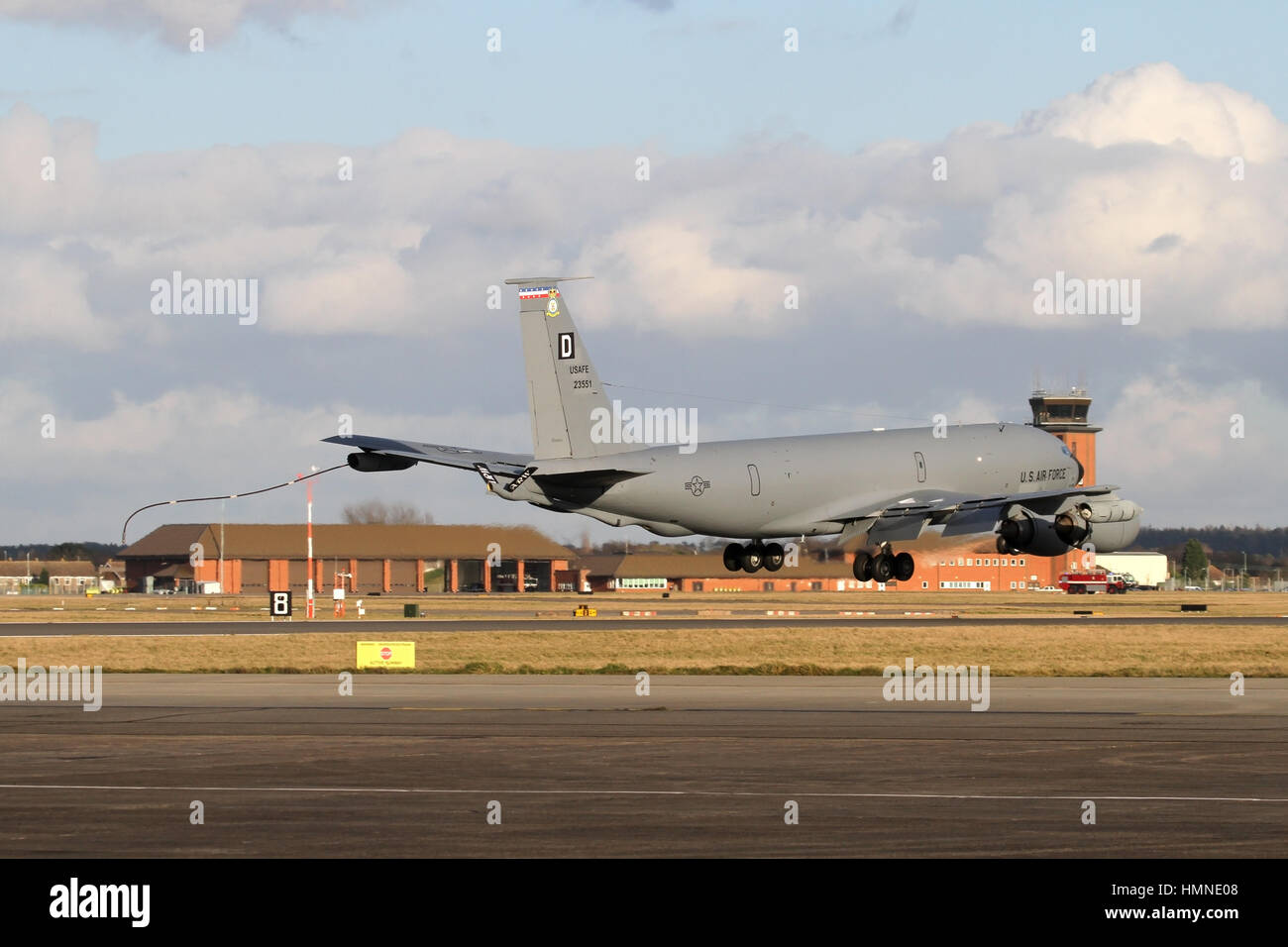 Emergency landing at RAF Mildenhall by a 100th ARW USAF KC-135R following an air-to-air refuelling accident which - Stock Image