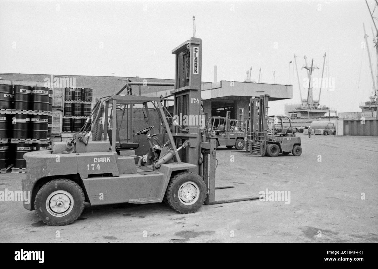 Umschlag von Containern im Containerhafen Hamburg, Deutschland 1970er Jahre. Container handling at Hamburg harbor, Stock Photo