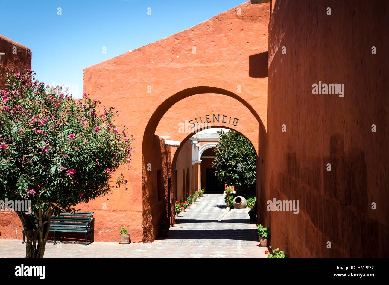 Convento de Santa Catalina, monumento barroco colonial en Arequipa (siglo XVI), en piedra sillar (volcánica). - Stock Image