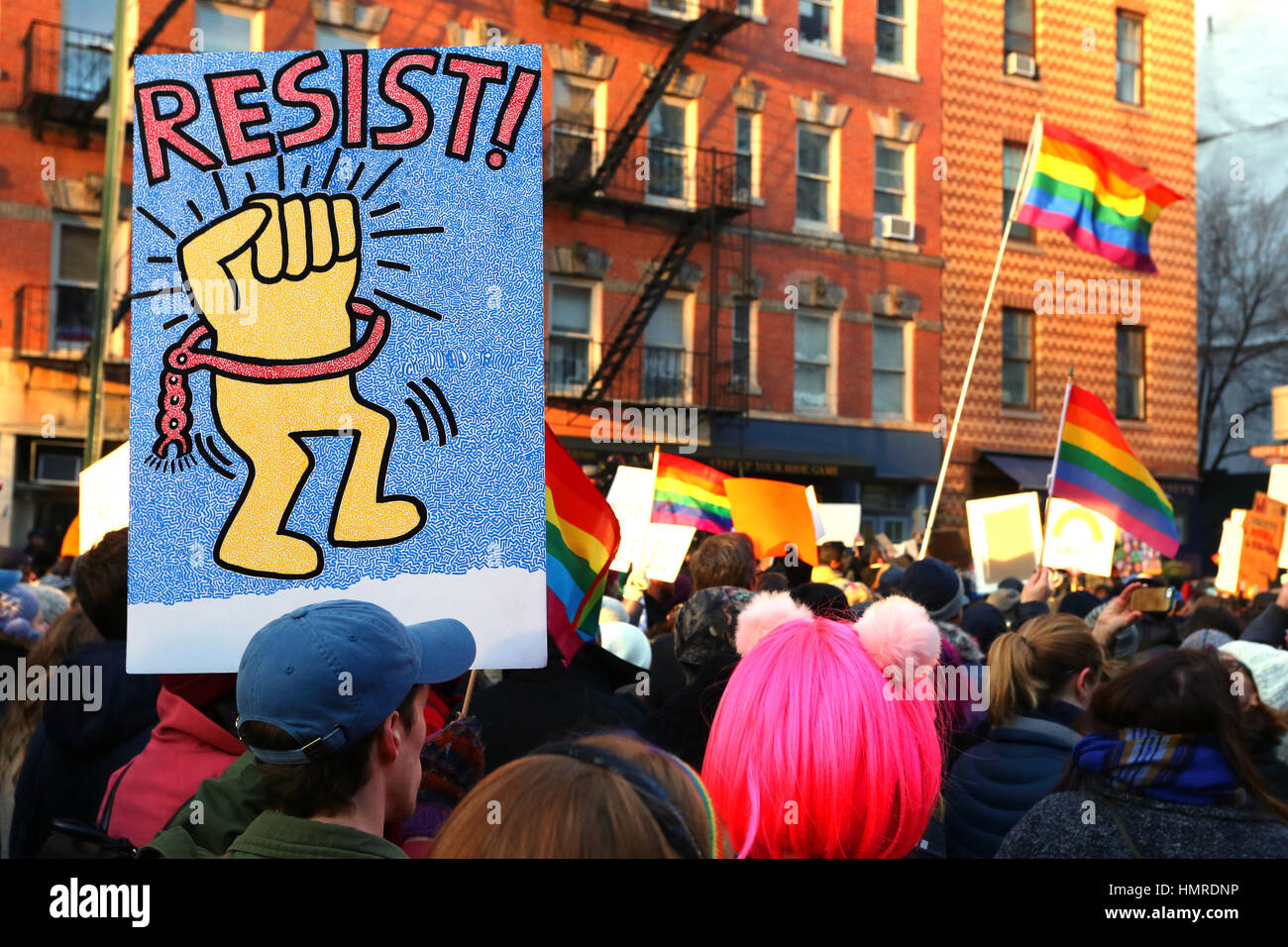 New York, United States. 04th Feb, 2017. New York, USA. 4th February, 2017. A person holds a Keith Haring inspired - Stock Image