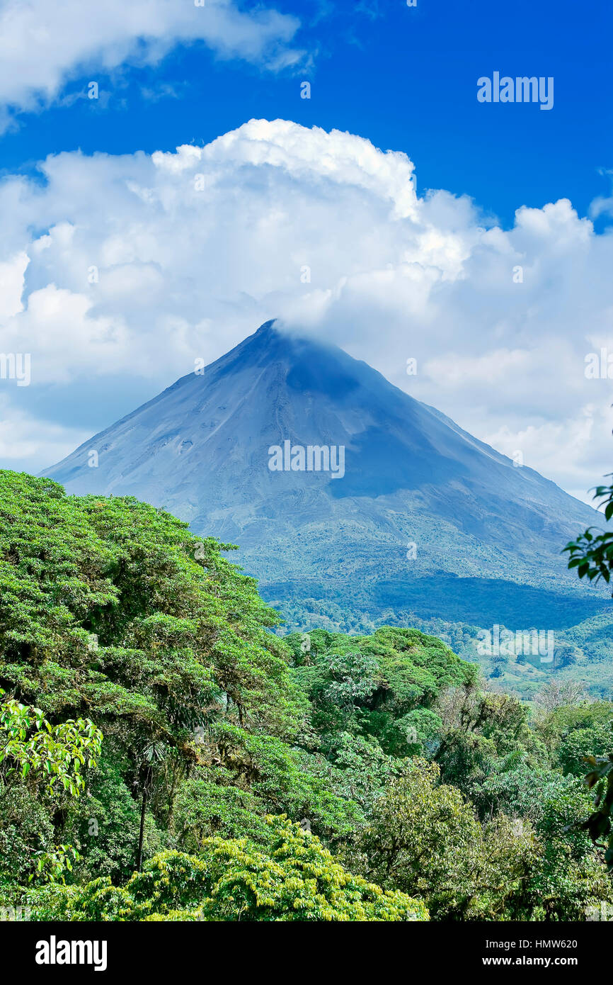 Arenal volcano behind tropical forest, La Fortuna, Costa Rica - Stock Image