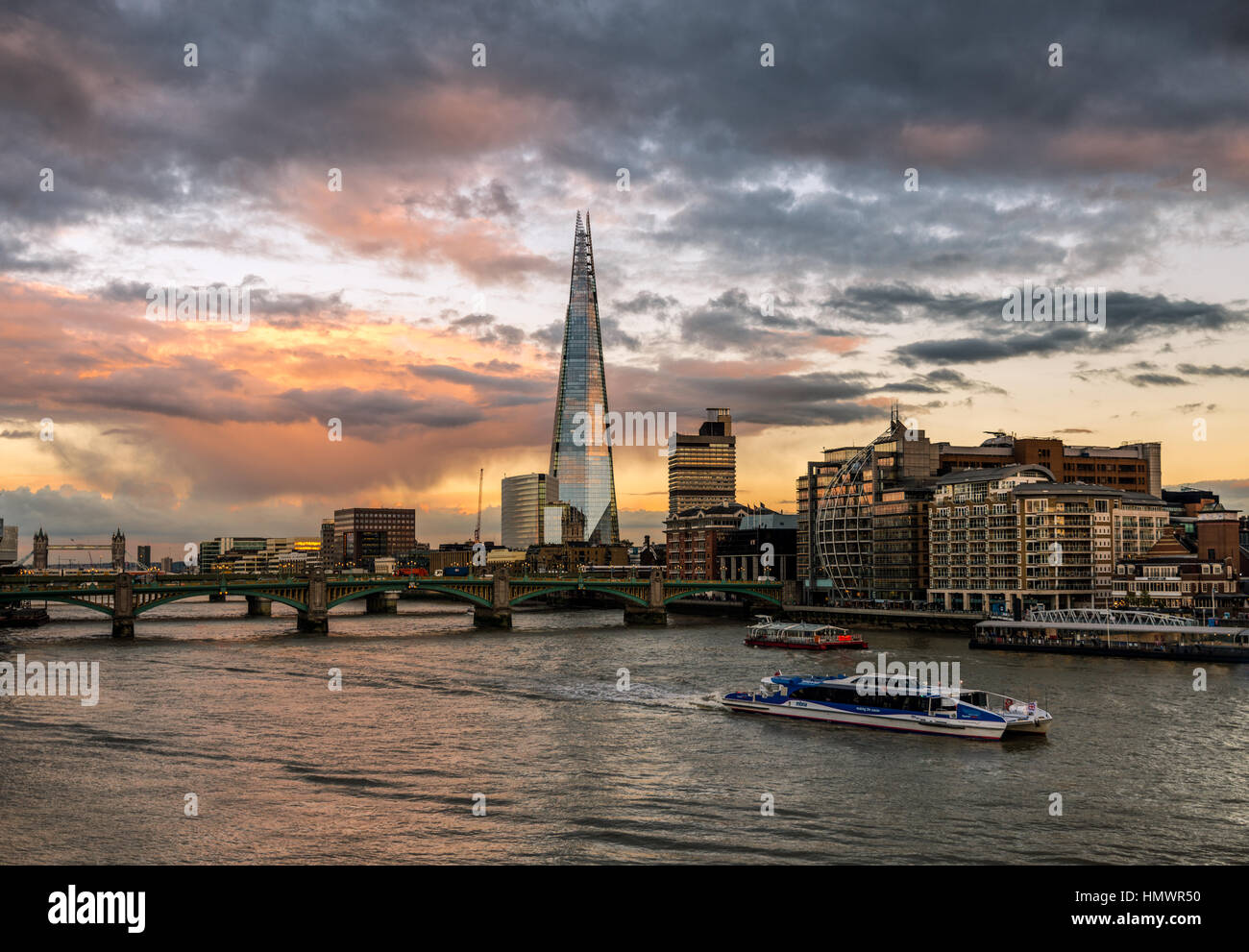 The River Thames at sunset with the Shard dominating the skyline - Stock Image