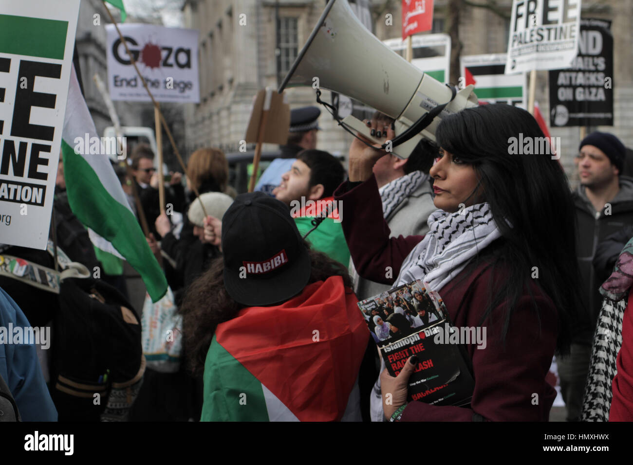 London, UK. 6th Feb, 2017. A pro-Palestine protestor holds up a loud speaker as she prepares to work the crowd against - Stock Image