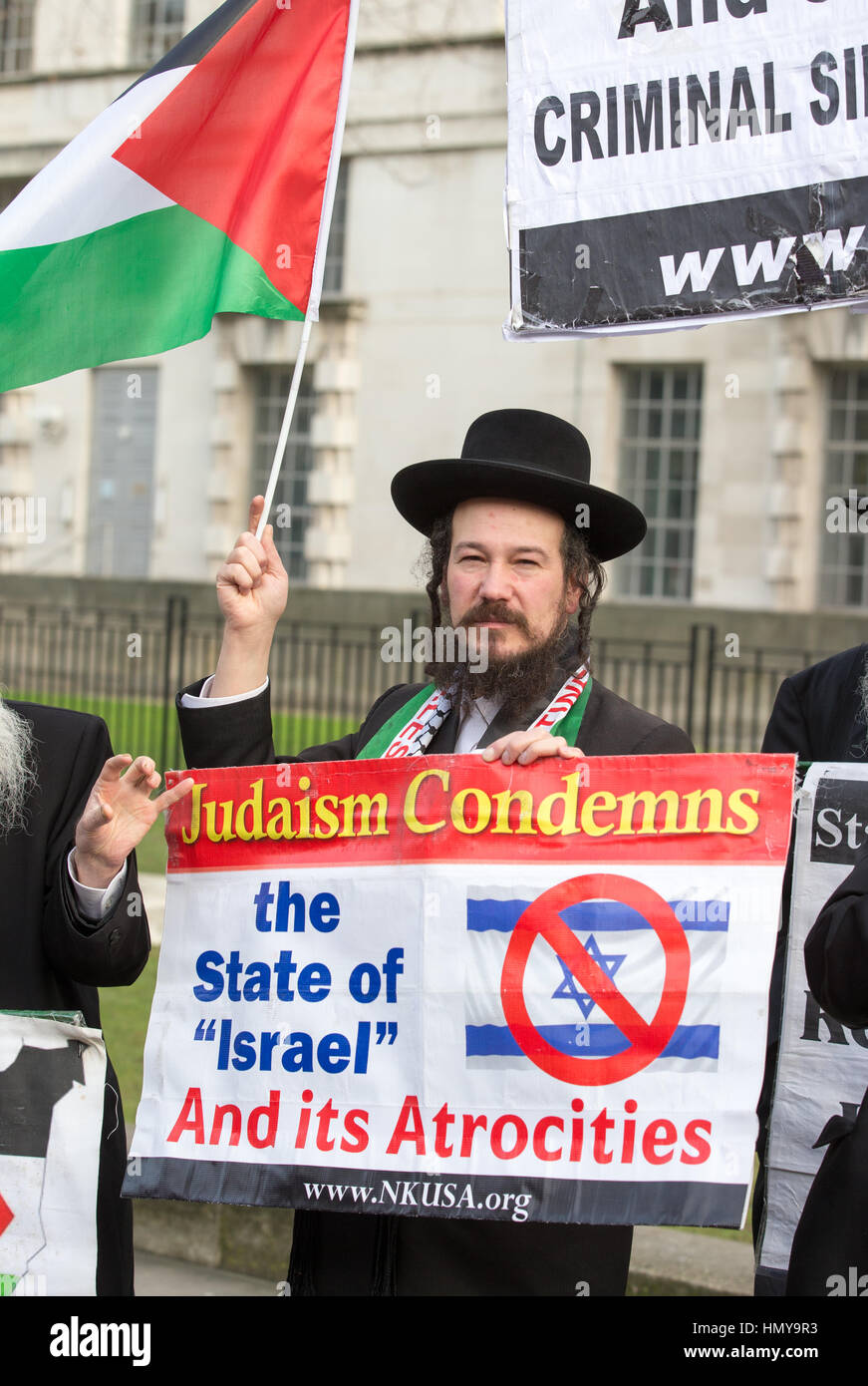 Jews against Israel hold an anti-Israel banner towards pro-Israel protestors on Downing Street during the visit - Stock Image