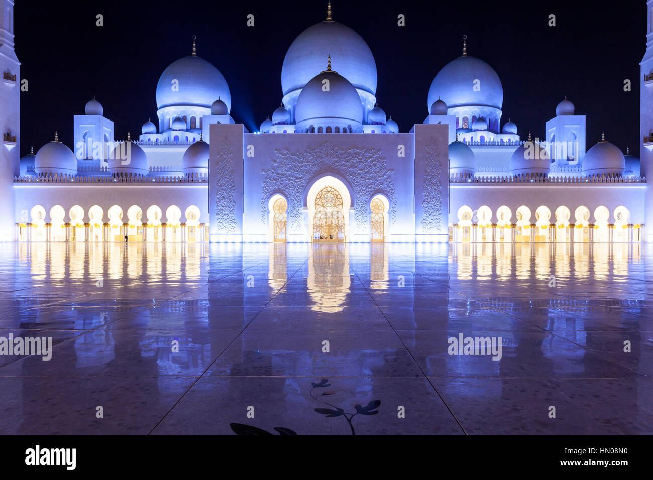 Sheikh Zayed Grand Mosque illuminated at night. Abu Dhabi, United Arab Emirates, Middle East - Stock Image