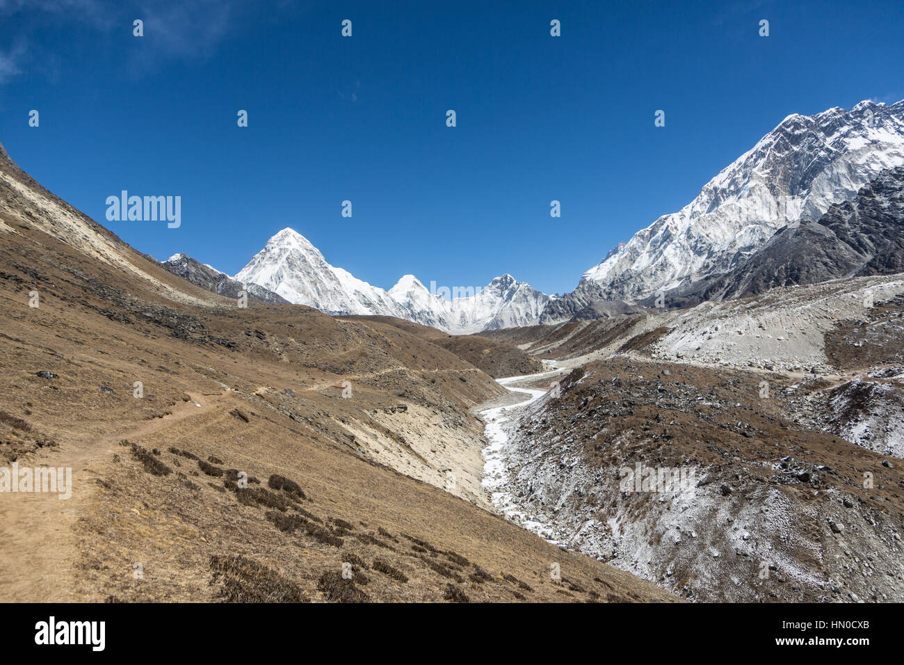 Hiking trail leading to Mt Everest base camp from the Cho La pass in the Khumbu region of the Himalays in Nepal - Stock Image