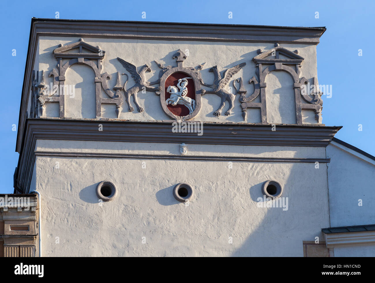 Coat of arms of Lithuania in Ausros gate (gate of dawn) with basilica of Madonna Ostrobramska in Vilnius, Lithuania - Stock Image