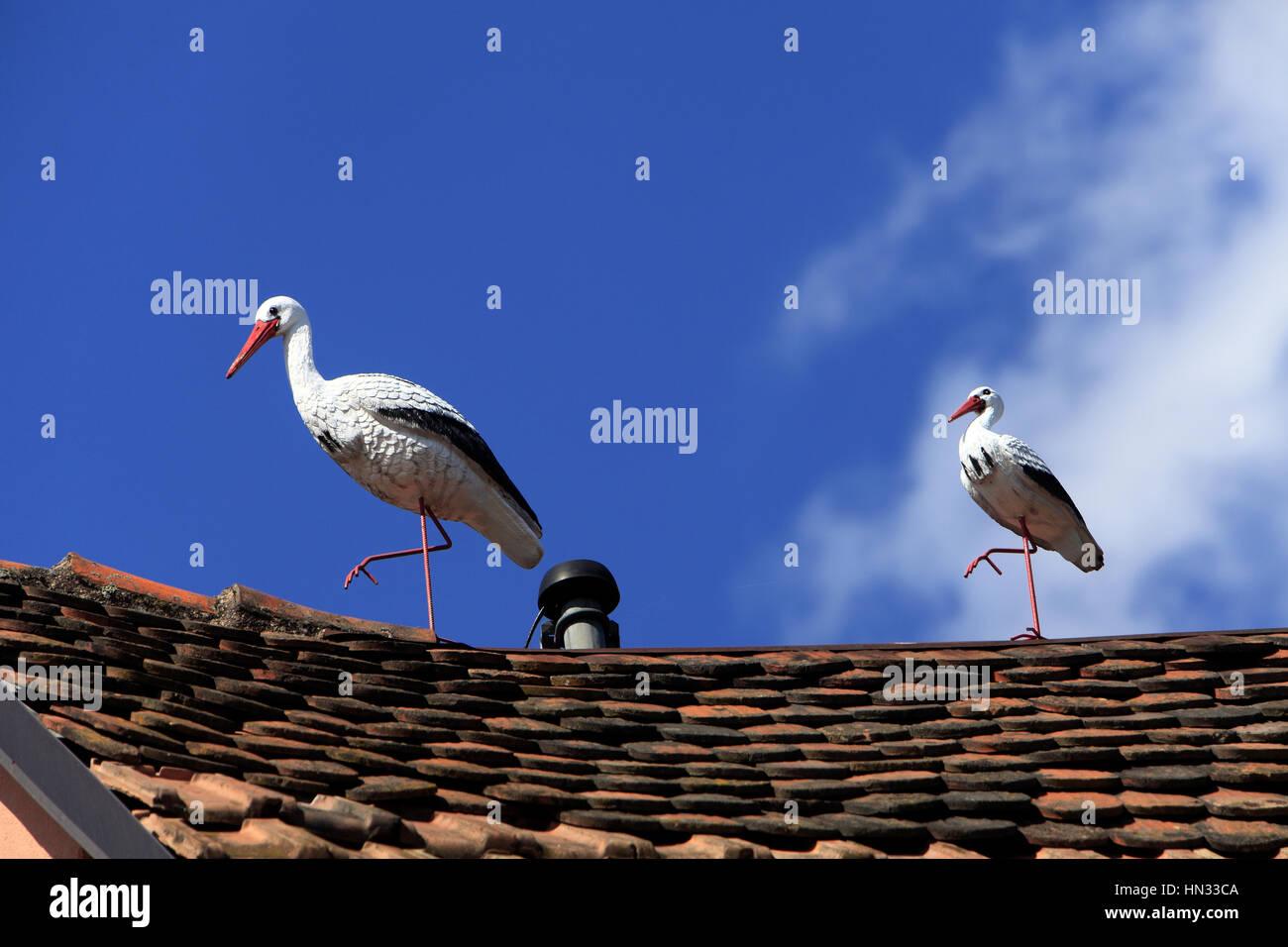 Fausse Cigogne en décoration sur un toit. Ribeauvillé.  F 68 - Stock Image