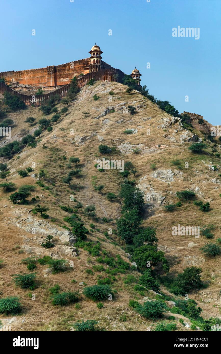 Defensive walls surrounding Amber (or Amer) Fort, Jaipur, Rajasthan, India - Stock Image