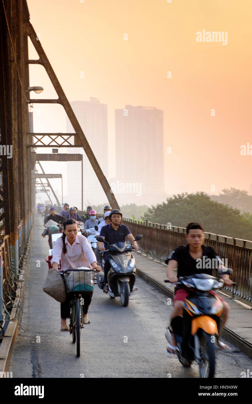 Heavy commuter traffic on the Long Bien cantilever bridge, Hanoi, Vietnam - Stock Image