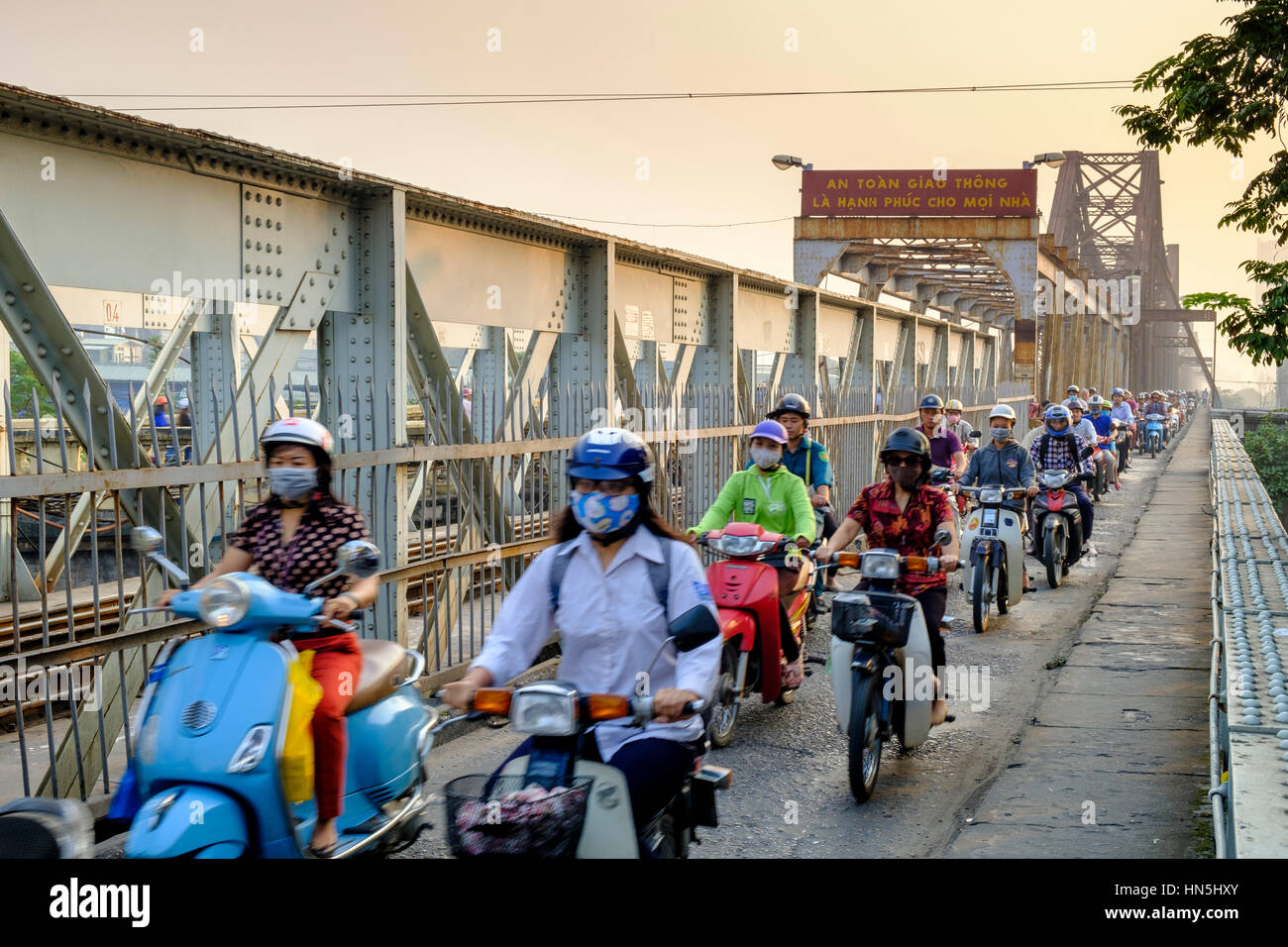 Heavy commuter traffic on the pedestrian walkway of the Long Bien cantilever bridge, Hanoi, Vietnam - Stock Image