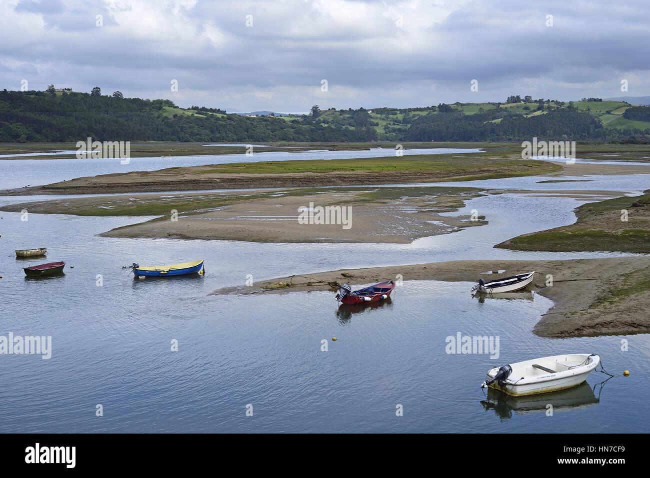 Boats on the tidal estuary of the Rio Escudo, by the Puente de la Maza, San Vicente de la Barquera, Cantabria, Northern Stock Photo