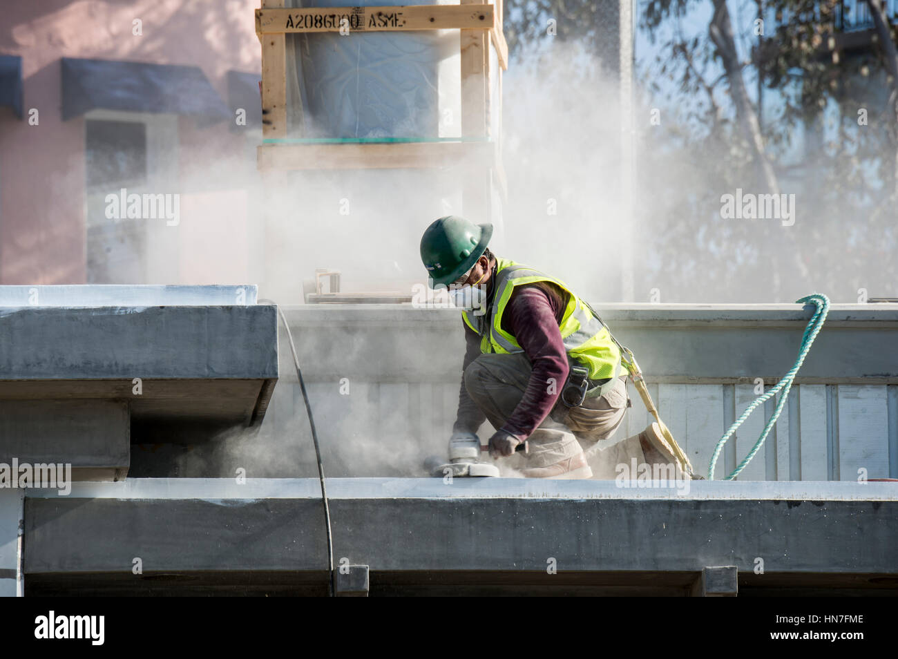 Laguna Beach, California. Construction worker sanding the roof flat on a new lifeguard station. - Stock Image