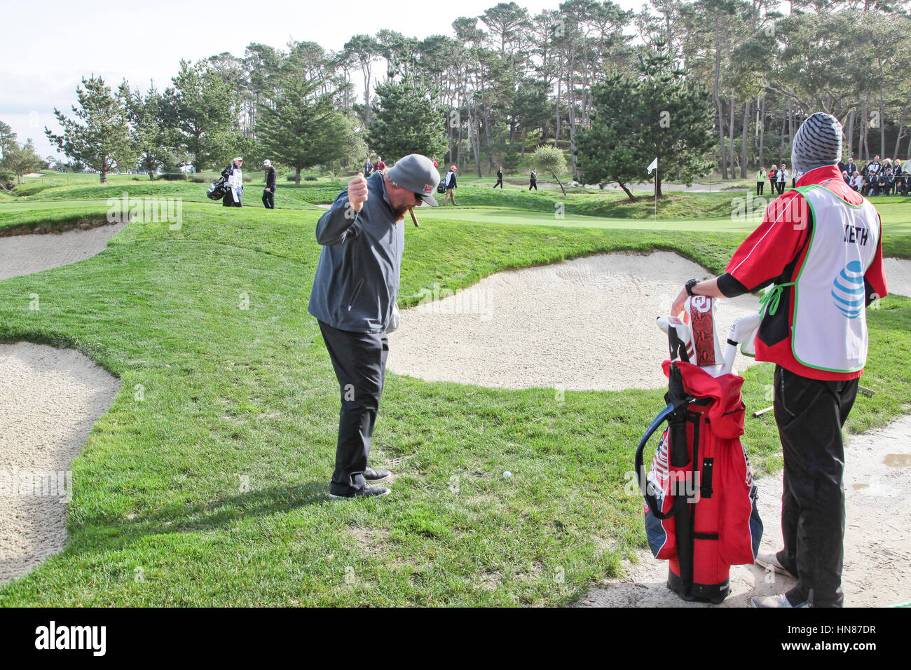 Pebble Beach, California, USA. 9th February, 2017.  Toby Keith, musician/radio star, contemplates a tricky chip - Stock Image