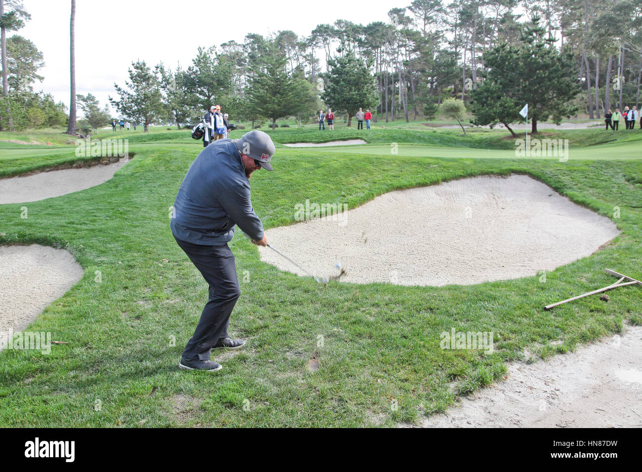 Pebble Beach, California, USA. 9th February, 2017.  Toby Keith, musician/radio star, plays a tricky chip whilst - Stock Image