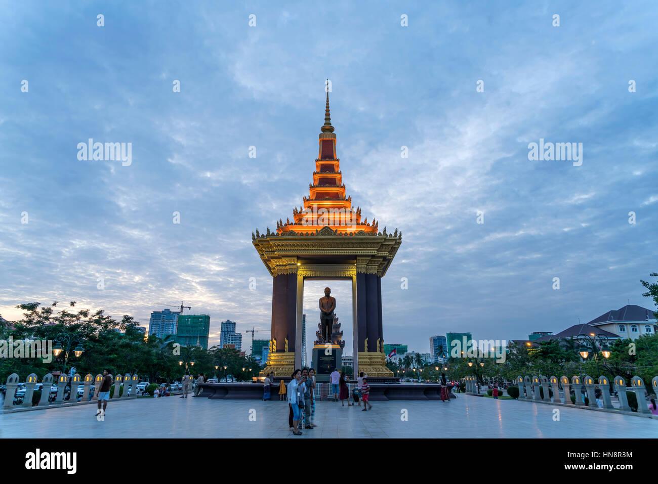 Statue von König Norodom Sihanouk in der Abenddämmerung, Phnom Penh, Kambodscha, Asien  |  Statue of King Father Stock Photo