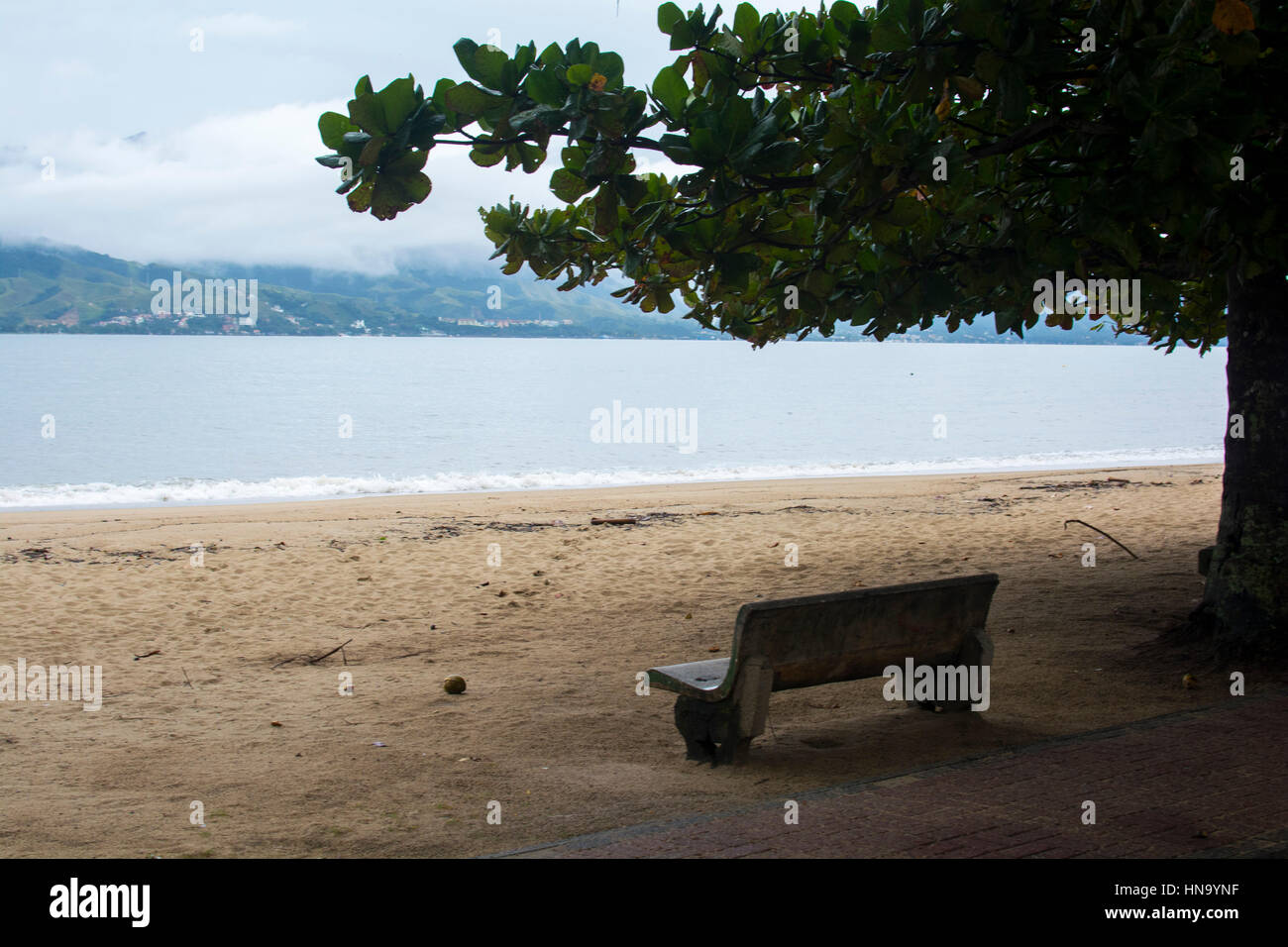 Moment - bench overlooking the beach - Stock Image