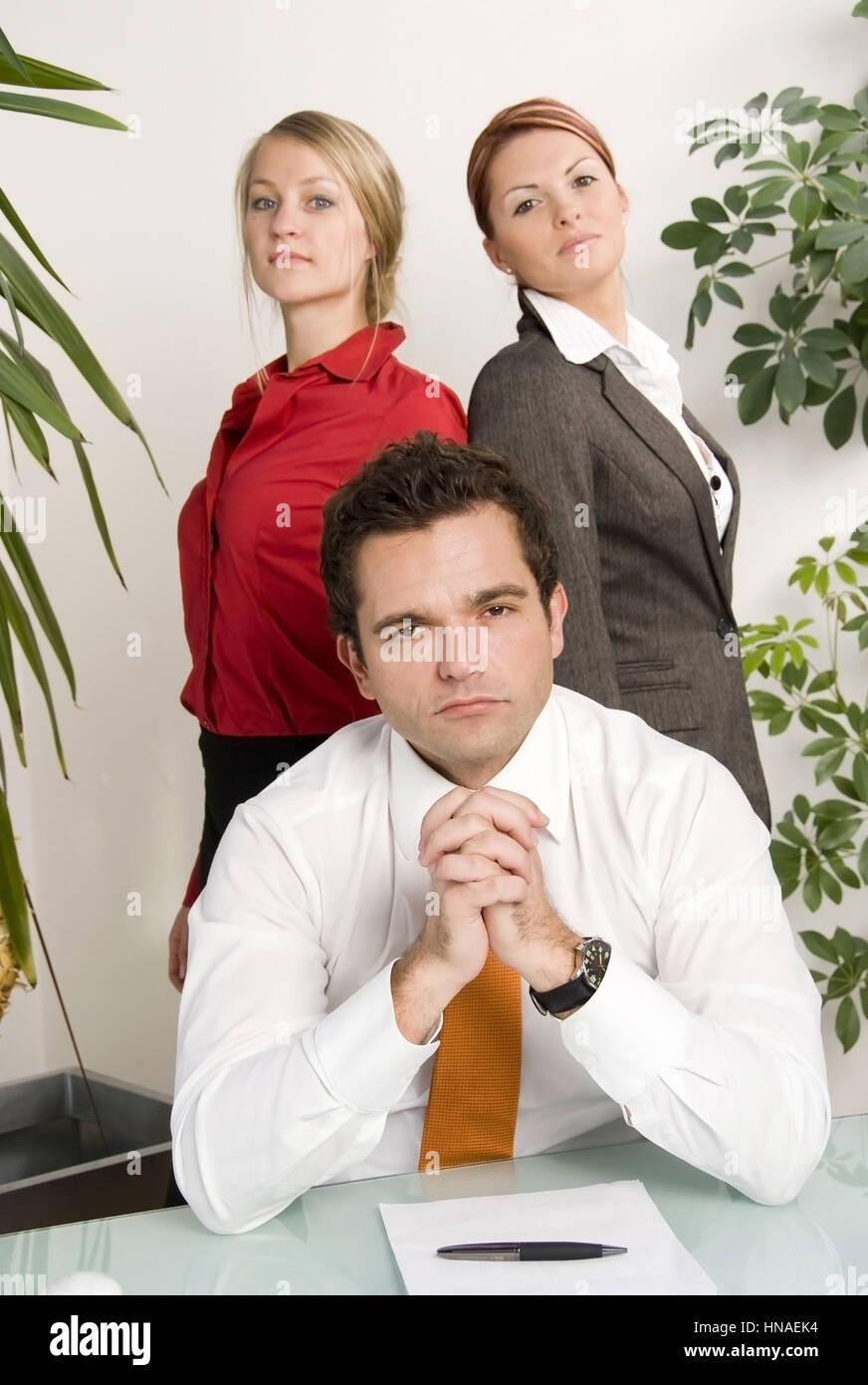 Junger geschaeftsmann mit zwei huebschen Sekretaerinnen - young business man with two attractive secretaries Stock Photo