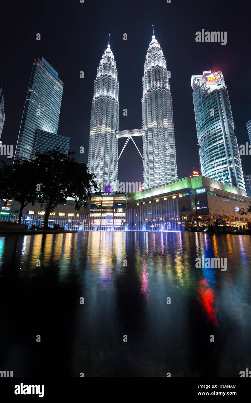 KUALA LUMPUR, MALAYSIA - April 16, 2016: Petronas Twin Towers with Musical fountain at night in Kuala Lumpur, Malaysia - Stock Image