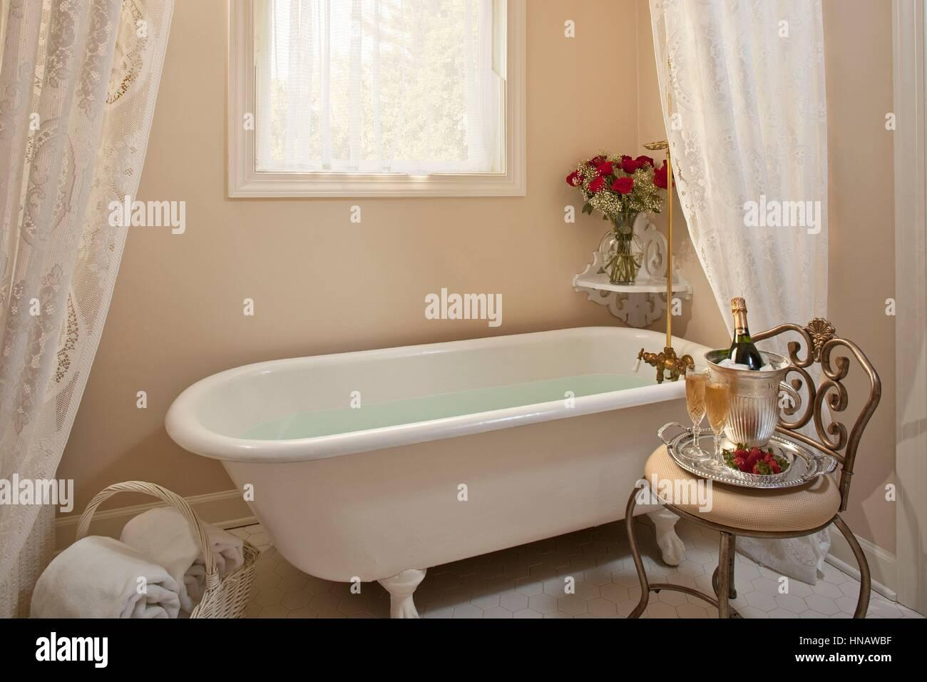 Claw foot tub in Mississippi inn bathroom, Fairview Inn, Jackson, MS. - Stock Image