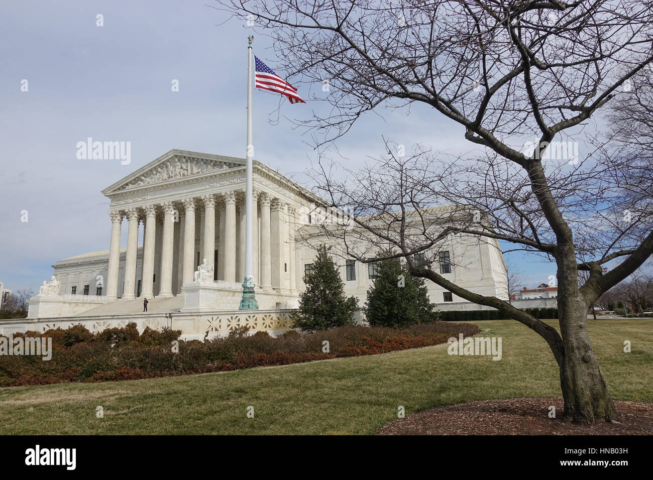 Wintry US Supreme Court building, wide shot, American flag flying - Stock Image
