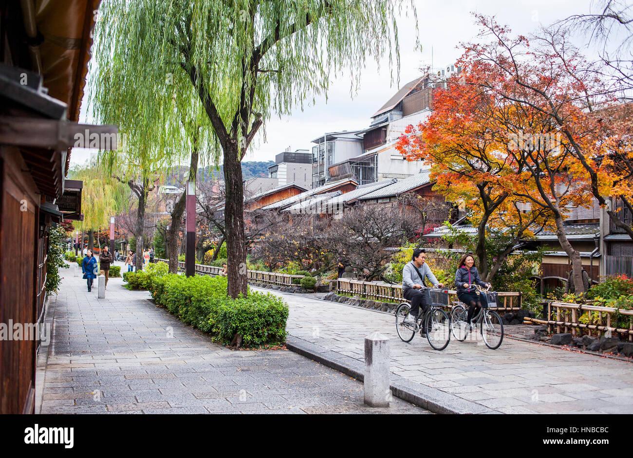 Biking, cycle, Shirakawa-minami-dori, Gion district, Kyoto. Kansai, Japan. Stock Photo