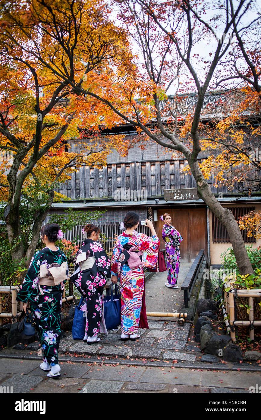 women, girls, teenager, girl, dressed in kimono, in Shirakawa-minami-dori, Gion district, Kyoto. Kansai, Japan. - Stock Image